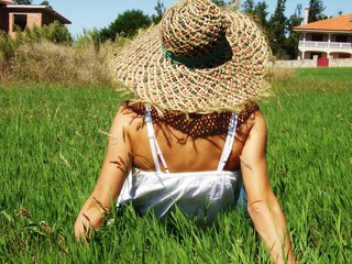 Mujer de paseo por el campo