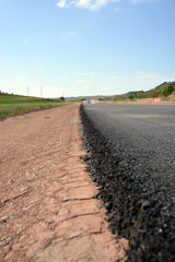 diferencia de nivel en asfalto en carretera en construccion