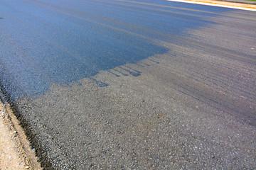 carretera con asfalto reciente