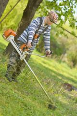 tondeuse homme travailleur couper l'herbe