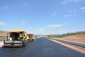 maquinas para asfaltar en carretera en construccion