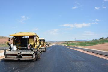 carretera en obras con maquinaria pesada