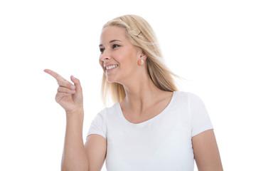 Lachende Blondine zeigt mit dem Zeigefinger - isoliert