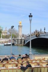 Pause café avec une vue sur le pont Alexandre 3, Paris