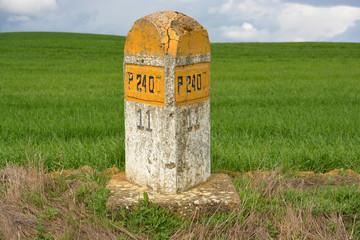 señal de piedra en carretera secundaria