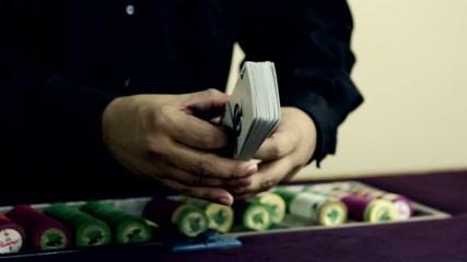 крупье раскладывает карты