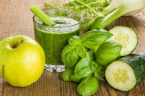 Grüner Smoothie mit frischen Zutaten - 64281586