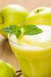 Frischer Smoothie aus Kiwi, Birnen und Äpfeln
