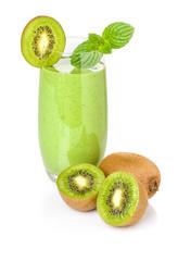 Grüner Smoothie mit frischen Kiwis