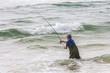 Pêcheur au lance en océan - 64288948