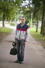 Молодой мужчина в парке