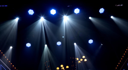 many spotlights that illuminate the stage at a concert