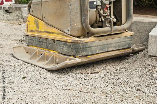 Eine Rüttelplatte - Sandrüttler - beim Strassenbau