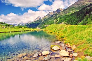 Glasklarer Bergsee in den Schweizer Alpen