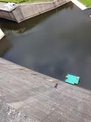 extremsport an einer Staumauer