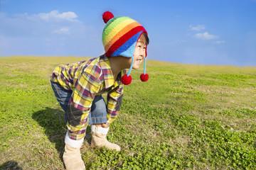 草原で元気に遊ぶ子供