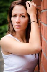 Junge Frau im weißen Top
