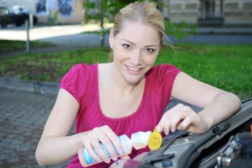 Frau kippt Wischer-Wasser in Auto