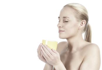 Junge Frau mit Teetasse