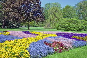 Parkanlage mit Blumenbeet
