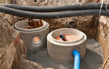 Kanalbau - Schachtfertigteile in einer Baugrube