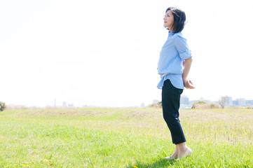 草原に立つ女性