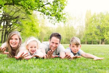 natürliche Familie auf der Wiese