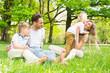junge Familie mit Kindern in der Natur