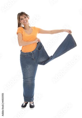 Junge Frau ist stolz auf Ihr abgenommenes Gewicht