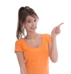 Junge besorgte Frau zeigt verängstigt mit dem Zeigefinger