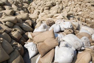 Große Menge an Sandsäcken gegen Hochwasser