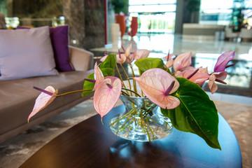 anthurium reciso in vaso di cristallo posto su un tavolino