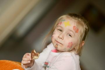 petite fille mangeant