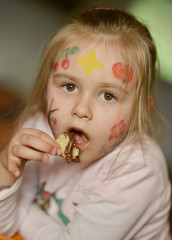 bébé mangeant beignet
