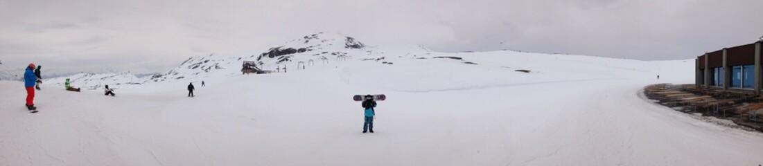 skigebiet und skipiste auf einem Gletscher