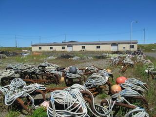 漁港の小屋とロープ