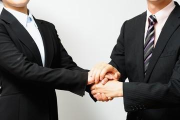 スーツを着たビジネスマンの握手