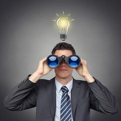 Mann mit Fernglas / Idee / Lösung