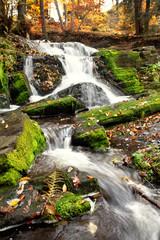 Wasserfall im Herbstwald