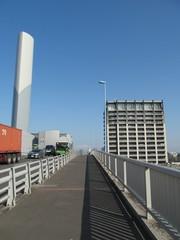 清掃工場の煙突と道路