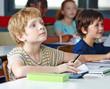 Kind im Unterricht schreibt linkshändig