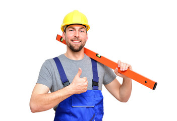 lächelnder Bauarbeiter mit Wasserwaage