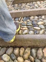 salendo una scalinata in pietra