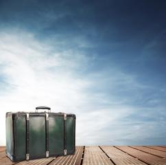 vecchia valigia su passerella di legno