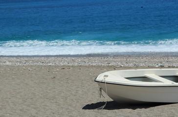 Una barca bianca sulla spiaggia