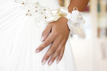 Hand auf Hochzeitskleid