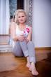 Hübsche blonde Frau sitzt vor Spiegel