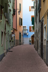 Straßengasse in Riva del Garda am Gardasee in Italien