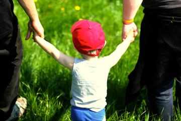 Kind läuft an Hand