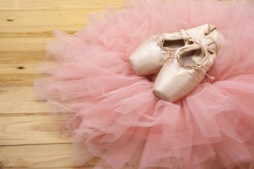 para balet buty pointes na drewnianej podłodze